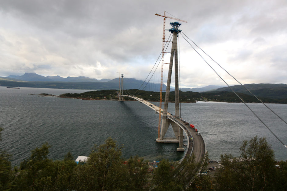In der Nähe von Narvik wird gerade eine neue Brücke über den Fjord gebaut.