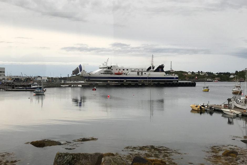 Bei Ankunft des Busses wartet die Fähre schon im Hafen.
