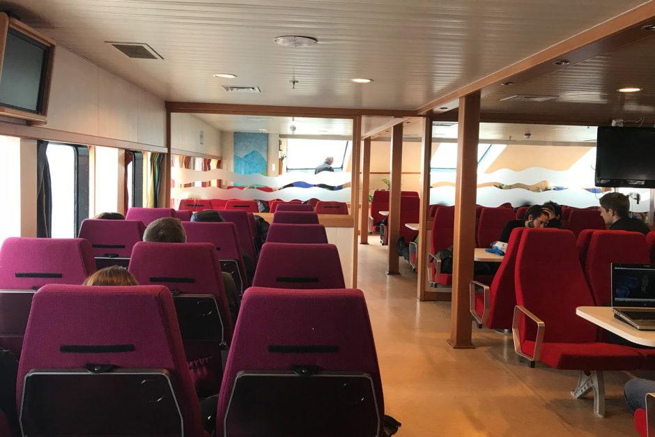Das Passagierdeck auf der Fähre. Vielleicht haben die Sitze früher einmal unterschiedlich viel gekostet.