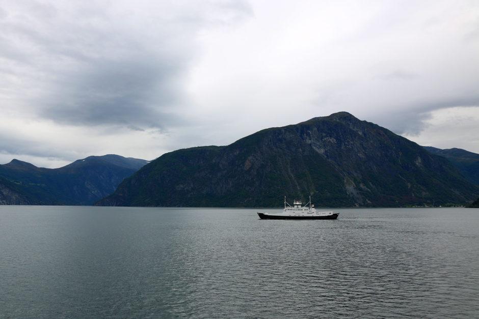 Mit einer Autofähre ging es in wenigen Minuten für 11 Euro über den Fjord.