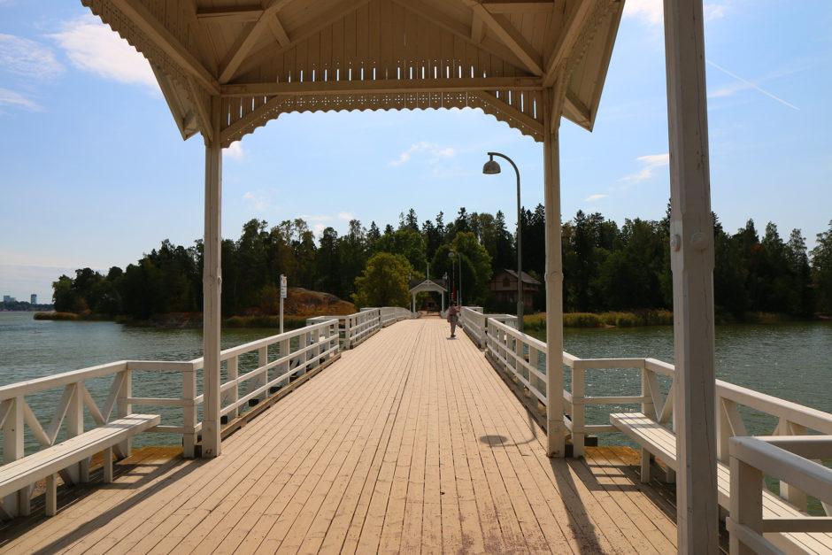 Diese tolle Holzbrücke führte auf die Insel des Freilichtmuseums.