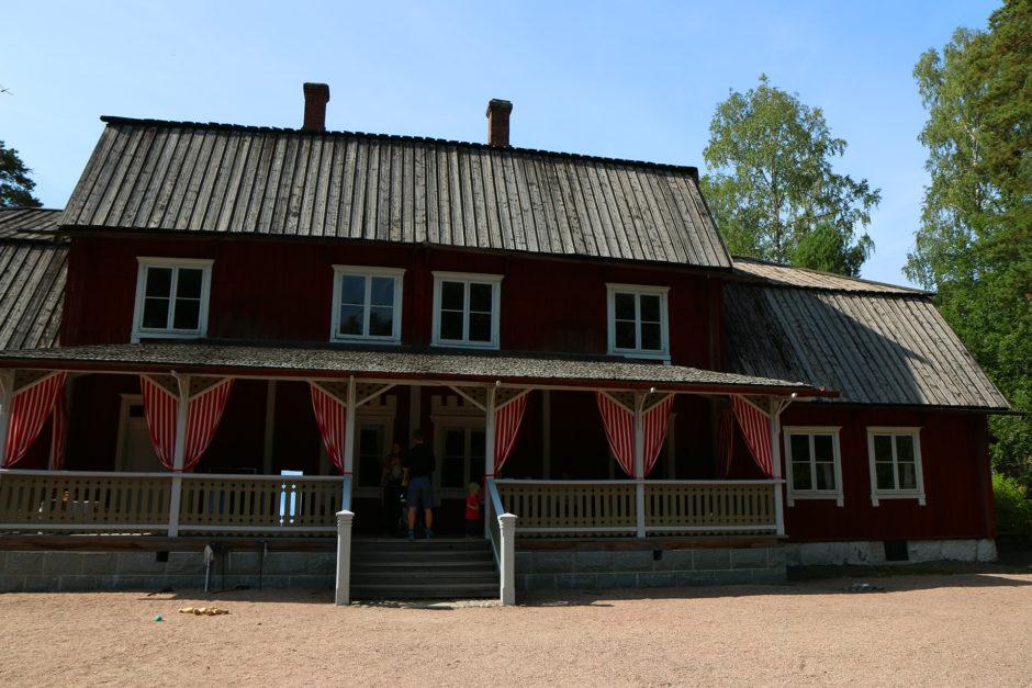 Das Herrenhaus aus dem 18. Jahrhundert. Von außen noch eher unscheinbar, aber im Innern sehr stilvoll eingerichtet.