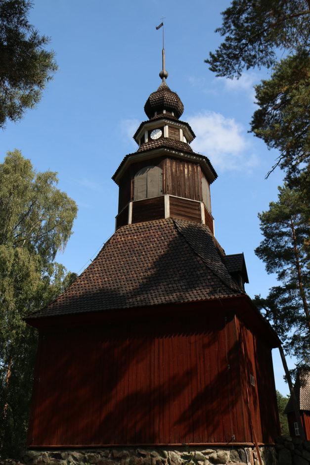 Im Mittelpunkt des Dorfes konnte man auch eine Kirche bestaunen. Von innen und von außen.