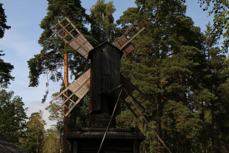 Diese Windmühle stand früher einmal wahrscheinlich ein bisschen freier in der Landschaft.