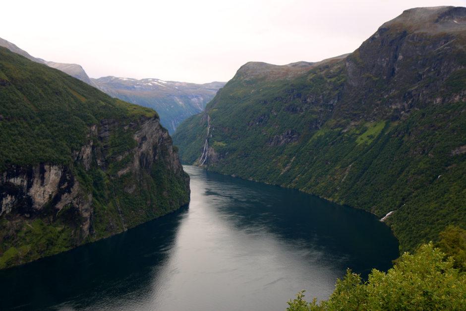 Die Idylle am Geirangerfjord trügt. Neben mir standen sicher 150 Kreuzfahrt-Touristen.