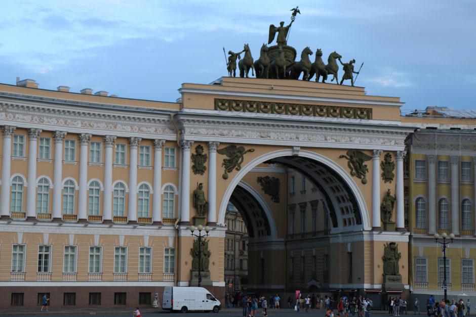 Das Gebäude des Generalstabs mit integriertem doppeltem Triumphbogen am Palastplatz.