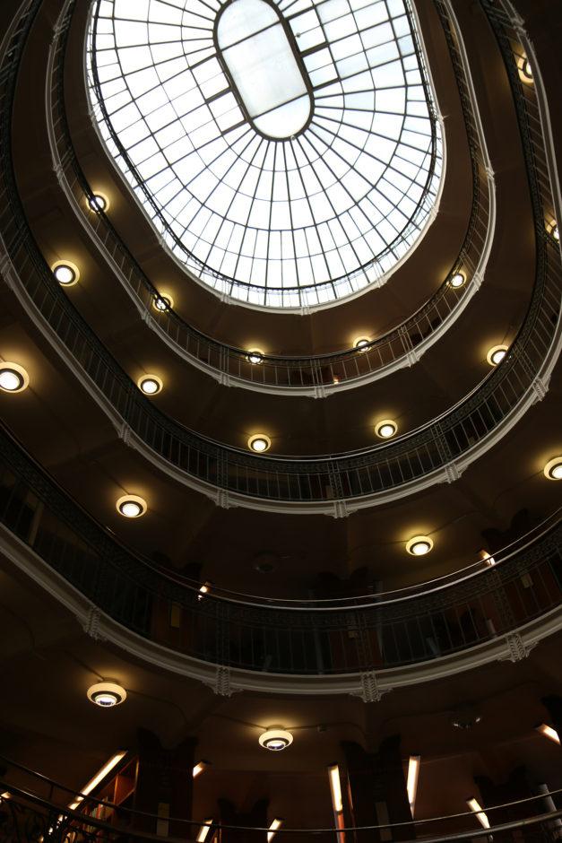 Ein Saal weiter waren Bücher auf sechs Stockwerken gelagert.