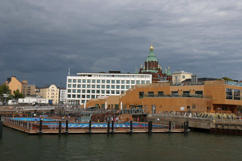 Nichts mag der Finne mehr als Sauna und kaltes Wasser. Klar, dass da ein Freibad im Hafen nicht fehlen darf!