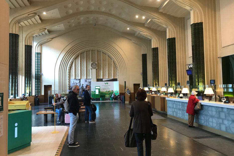 Die Schalterhalle im Hauptbahnhof von Helsinki. Schlicht, aber schön.