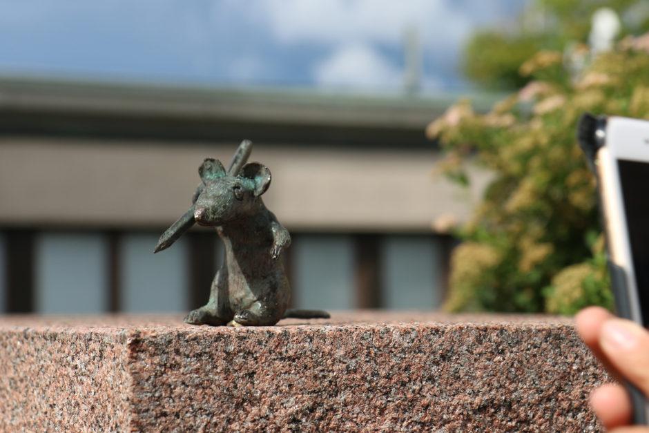 """Die kleinste Statue weltweit. Eine rund 4 Zentimeter große Maus - genannt wird sie """"Viisas hiiri""""."""