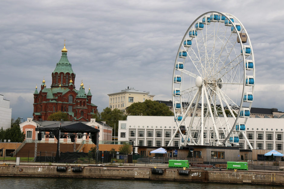 Ein Riesenrad im Hafen Helsinikis. Seht ihr die zwei Gondeln, die anders aussehen? Sind Sauna-Kabinen! Eine Fahrt darin kostet allerdings auch 200 Euro.