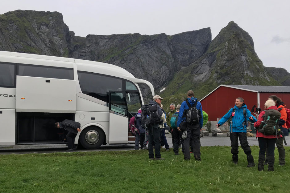 Am nächsten Tag traf man sich wieder am Dorfplatz. Und die Omis hatten bereits ihren Busfahrer gefragt, ob ich auch wieder mitfahren könne. Aber am zweiten Tag fuhren sie leider in die falsche Richtung.