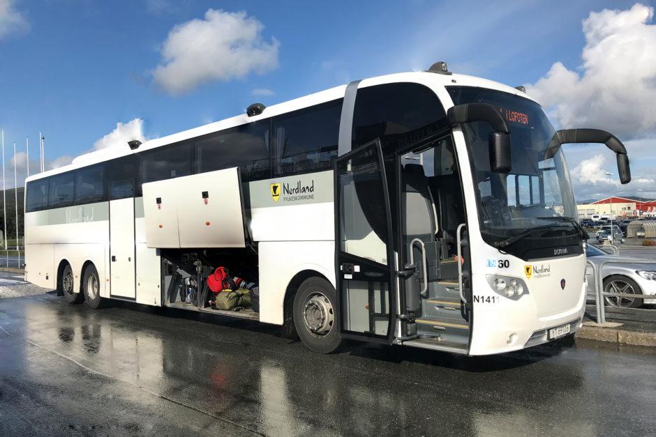 Unser Bus beim Zwischenhalt am Flughafen Harstad/Narvik in Evenes.