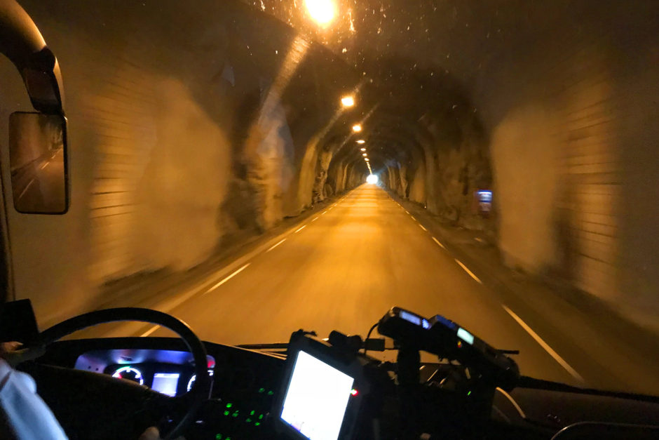Die Tunnel waren teils einfach in den Fels gehauen und nur ein bisschen mit Beton verkleidet.