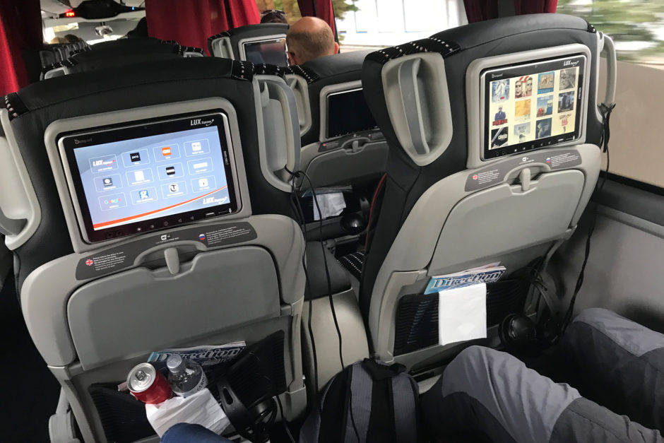 Jeder Platz, auch im vorderen Bereich ist mit einem Entertainmentsystem wie im Flugzeug ausgestattet.