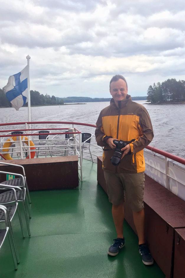 Ein glücklicher Marco bei starkem Wind auf dem Boot.