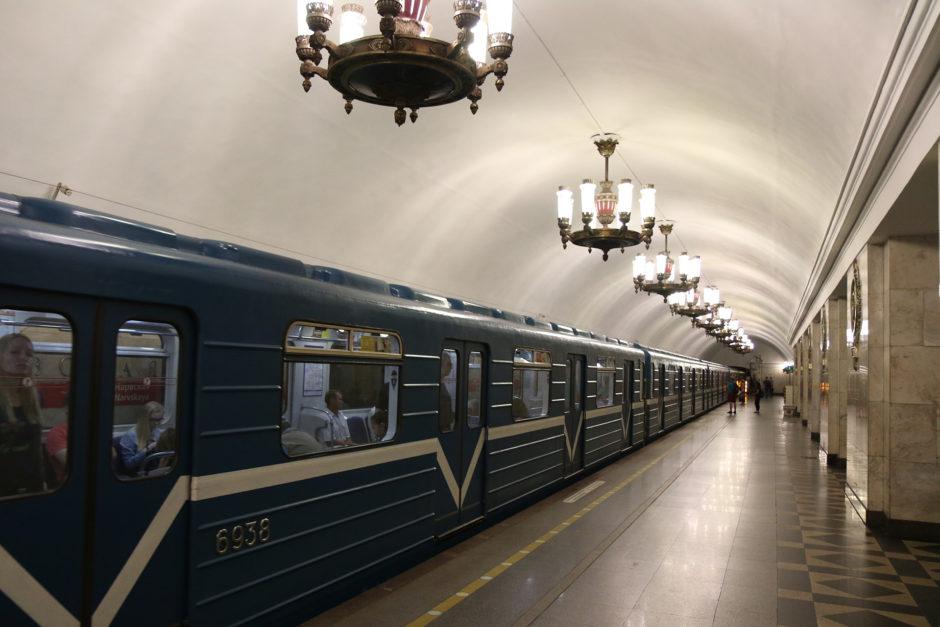 Eine Metrostation in St. Petersburg - ja mit Kronleuchtern und blitzbank sauber!