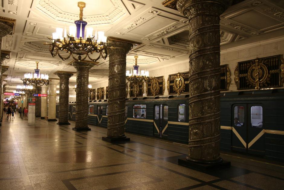 """""""Avtovo"""" wird von massiven Kronleuchtern in der Mitte der Halle und über den Bahnsteigen der Bahnhöfe beleuchtet."""