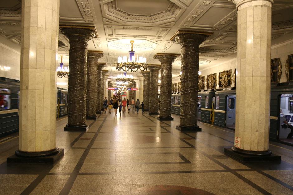 """Die Station """"Avtovo"""" - dadurch, dass die Decke nur von Säulen gestützt wird, wirkt sie sehr groß. und überhaupt nicht eng."""