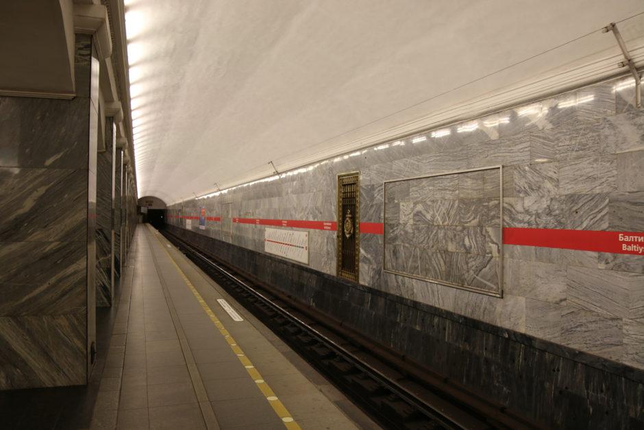 Ebenfalls die Station am Baltischen Bahnhof. Der blau-graue Marmor soll an die rauen Gewässer der Ostsee erinnern.