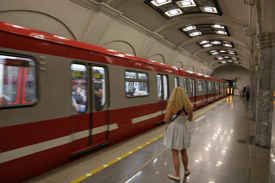 """Ebenfalls die Station """"Kirovsky Zavod"""" - jetzt allerdings die Bahnsteige mit künstlichem Oberlicht."""