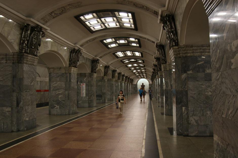 """Die Station """"Kirovsky Zavod"""" auf der Linie 1. Erbaut 1955 und ausgeschmückt mit rauchgrauem Marmor aus dem Kaukasus."""