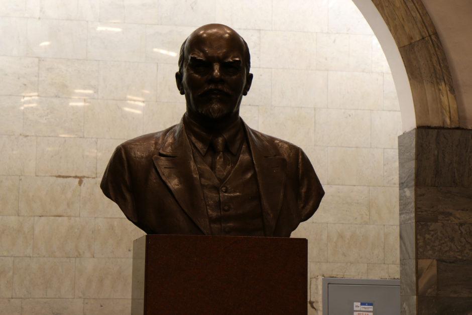 Auch eine Büste von Lenin wacht mit strengem Blick über die Bahnsteige einer Metrostation.