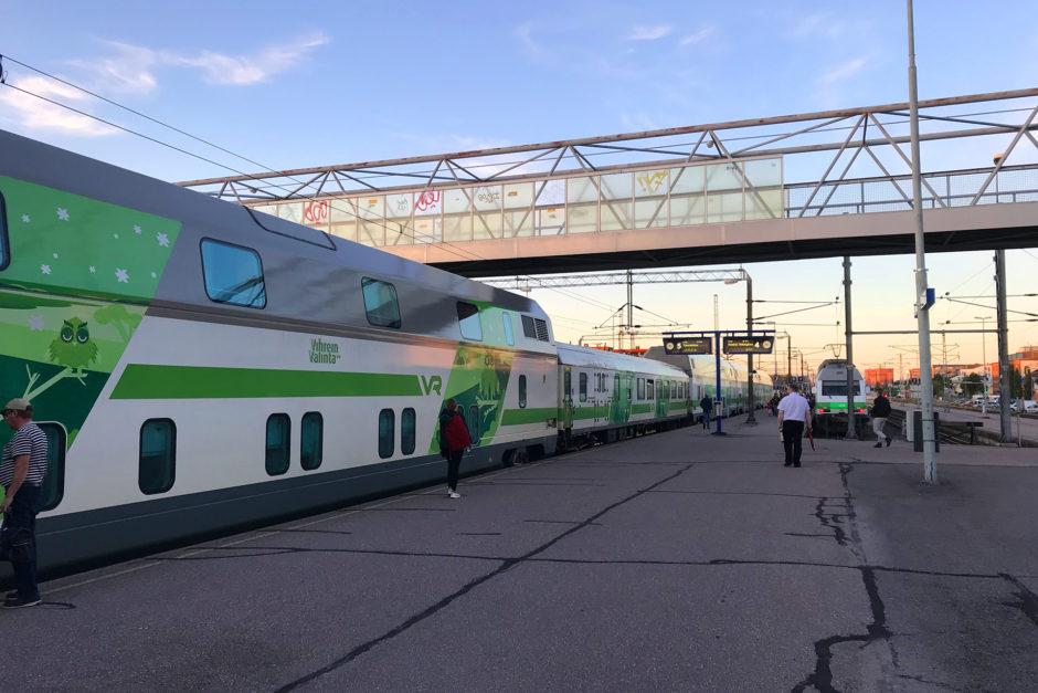 Mein frisch bereit gestellter Nachtzug von Turku über Kemi nach Rovaniemi in der Abendsonne.
