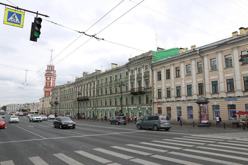 Eine der Hauptstraßen in St. Petersburg - der 4,5 Kilometer achtspurige lange Nevsky Prospekt.