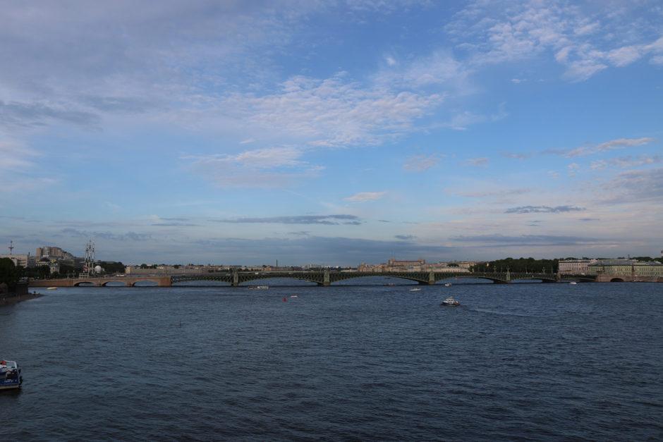 Der Blick von der Plattform auf die Newa und eine der unzähligen Brücken. Nachts werden diese teilweise hochgeklappt.