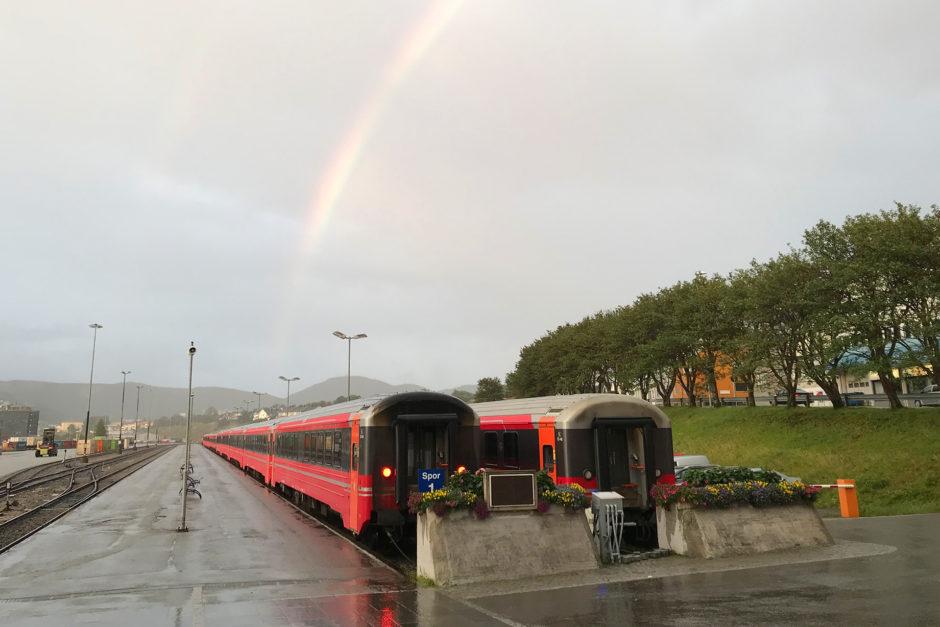 Mein Zug nach Trondheim. Noch verschlossen aber dafür mit Regenbogen.