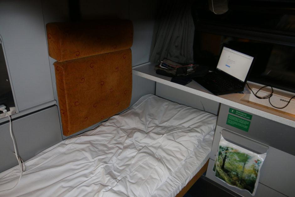 Zunächst versuchte ich im unteren Bett zu schlafen. Hier gut zu sehen, der kleine Tisch.