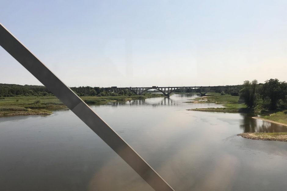 Unmittelbar nach dem Bahnhof in Frankfurt/Oder wird selbige überquert und damit auch die Landesgrenze nach Polen.