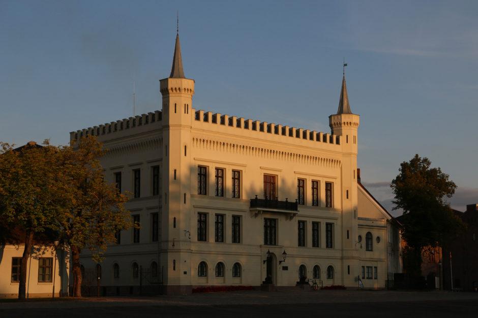 Ein neuerer Teil der Festung. Langsam legten sich lange Schatten über die Stadt.