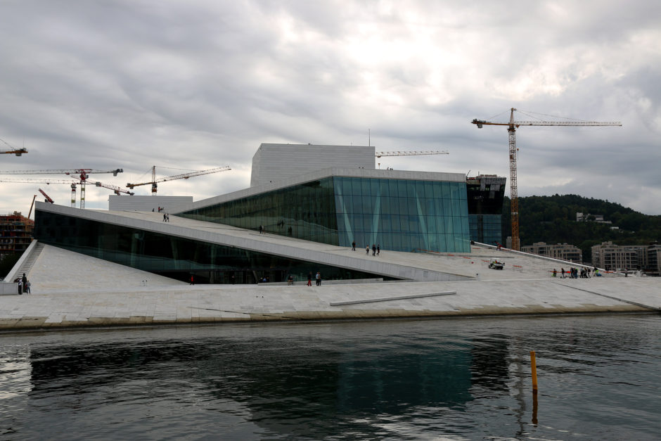 Direkt am Wasser und unter grauen dicken Wolken. Das Opernhaus in Oslo.