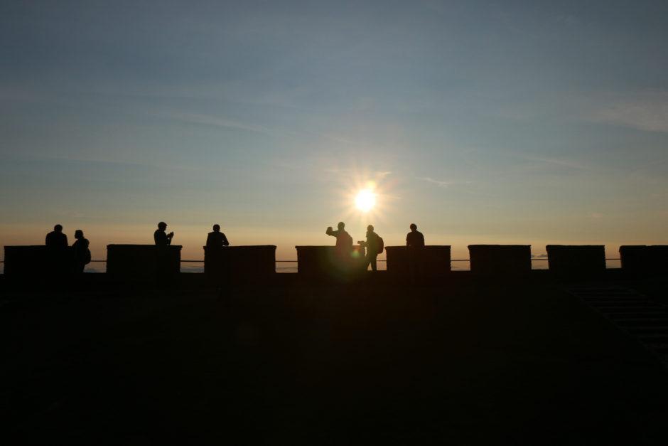 Die Mauer der Festung im Gegenlicht.