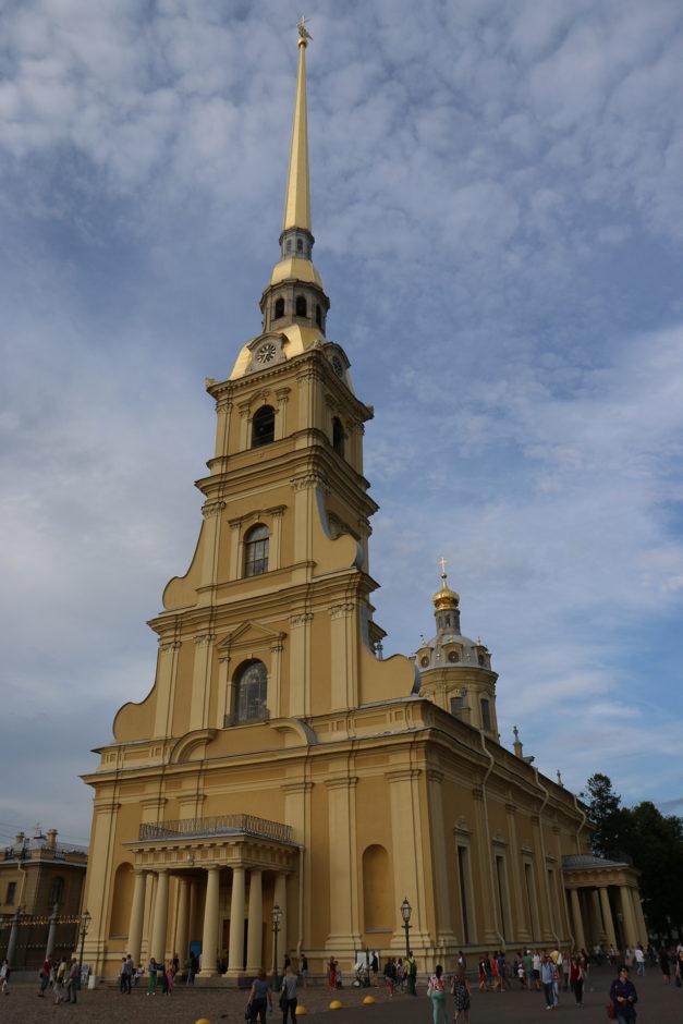 Auf der Festungsinsel steht die Peter-und-Paul-Kirche und strahlt in der Abendsonne mit ihrem goldenen Dach.