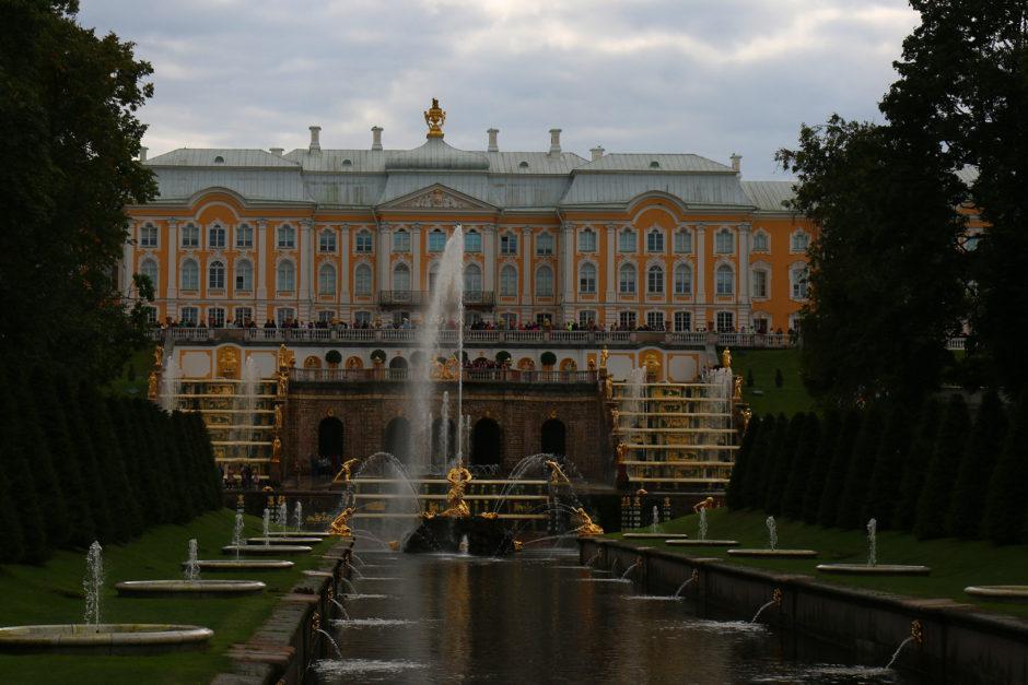 Die große Kaskade vom unteren Schlosspark aus gesehen.