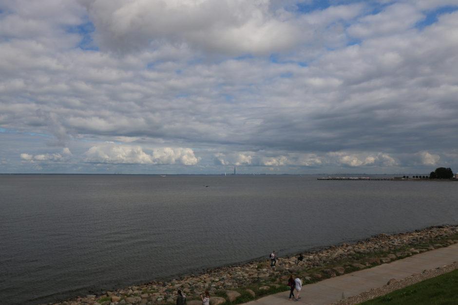 Vom Damm hat man einen tollen Blick auf die Ostsee und die Skyline von St. Petersburg.