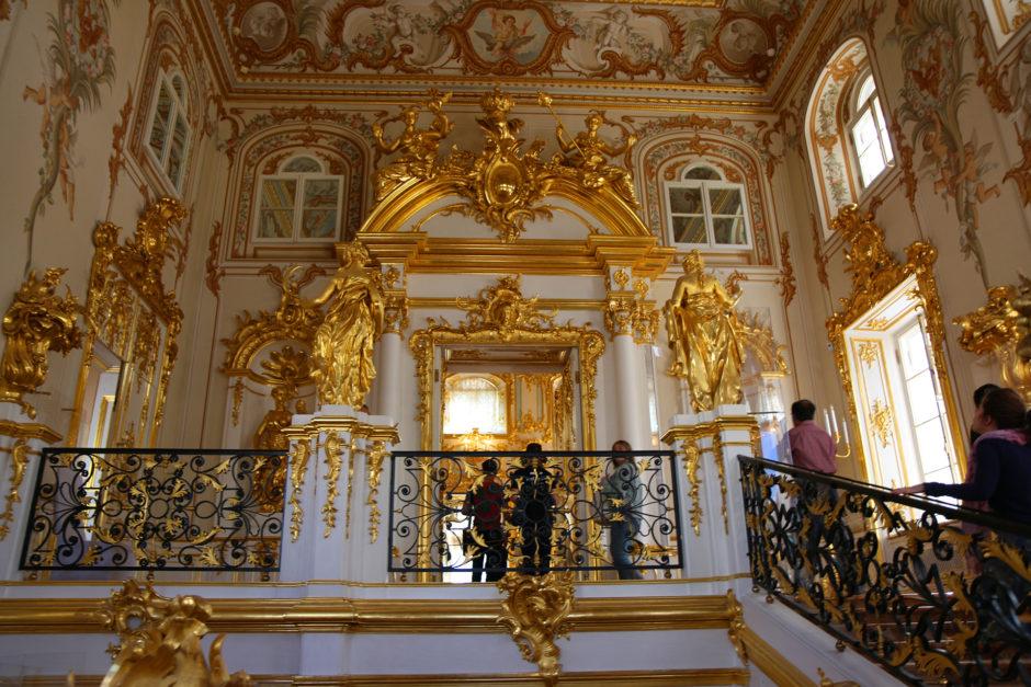 Diesmal kam ich wieder ins Schlossinnere. Hier die prunkvoll verzierte Treppe zu Beginn des Rundgangs.