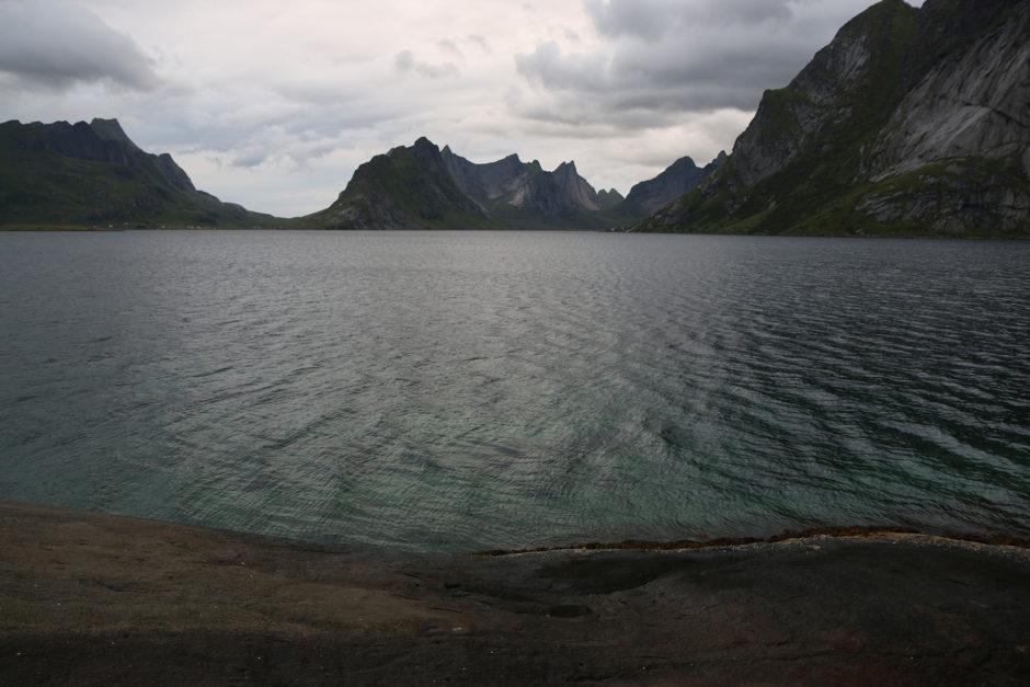 Am Ufer des Bunesfjords. Außer mir hatte dieses Plätzchen an jenem Abend keiner gefunden.