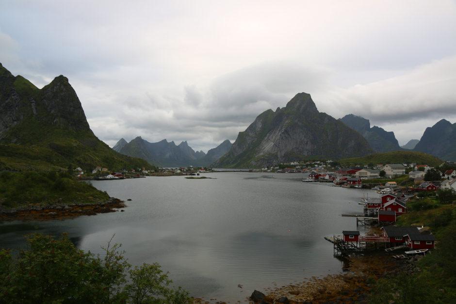 Die Insel, auf der Reine liegt, von der Straße aus gesehen.