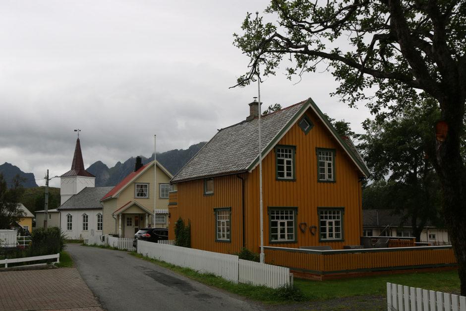 Links die Kirche. Rechts eins der wenigen nicht roten Gebäude.