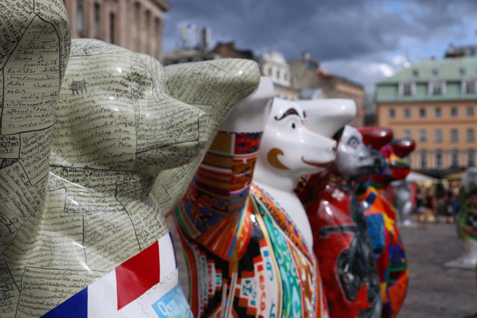 Aktuell findet man auf dem Domplatz noch bis Ende August eine Sonderausstellung der 149 Buddy-Bären aus Berlin. Jeder Bär repräsentiert dabei eine UN-Nation.