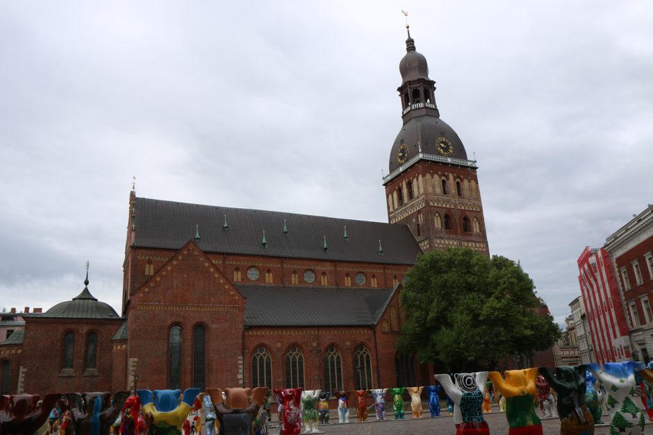 Hier sieht man einen Großteil der Bären auf dem Domplatz. Im Hintergrund der Dom zu Riga.