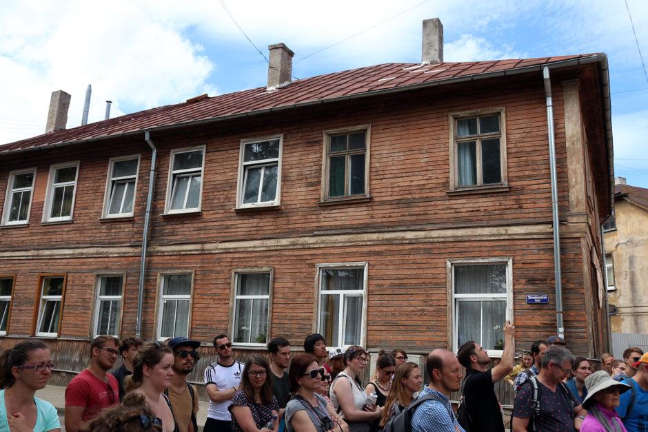 Außerhalb der Altstadt findet man viele Holzhäuser.
