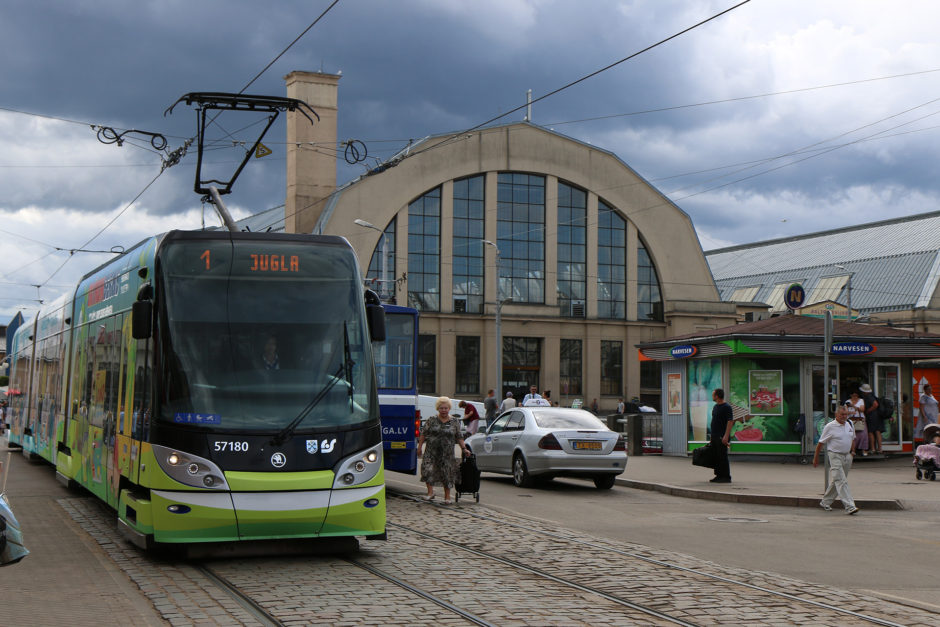 Straßenbahnen fahren auch in der lettischen Hauptstadt. Im Hintergrund die Markthalle.