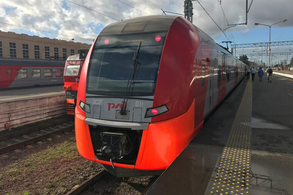 Diese sehr neuen Triebwagen der Russischen Eisenbahn verkehren zwischen St. Petersburg und Nowy Peterhof.