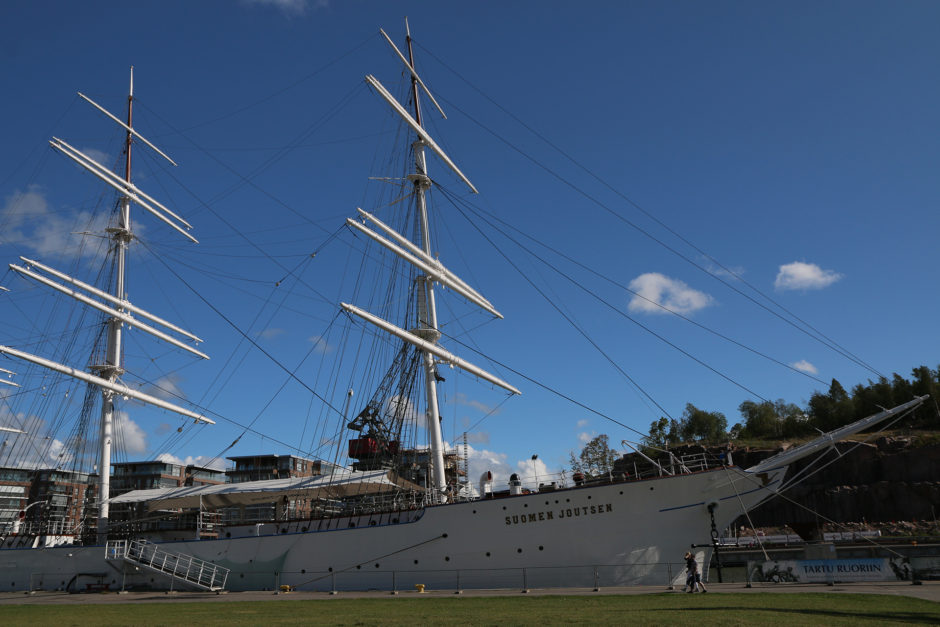 Neben den Fähren nach Schweden liegt noch ein Großsegler im Hafen von Turku.
