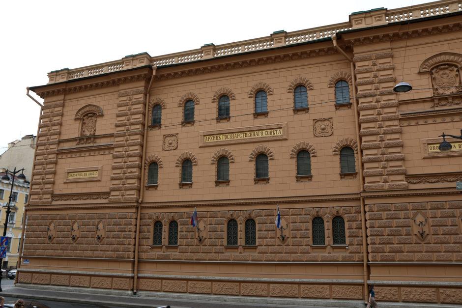 Wohin man schaut in St. Petersburg prächtige Gebäude. Dies müsste das Staatsarchiv der Marine sein.
